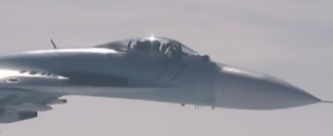 Cieli di guerra: caccia russo sfiora jet Usa. Impatto evitato per un soffio (video)