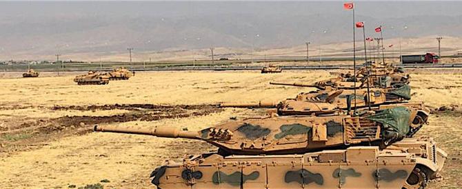"""La Turchia schiera le truppe al confine siriano: """"Siamo pronti a invadere"""""""
