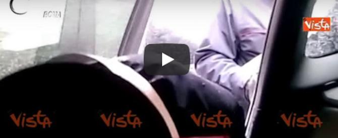 Viaggiano con 3,7 chili di cocaina nei sedili, li tradisce il nervosismo (video)