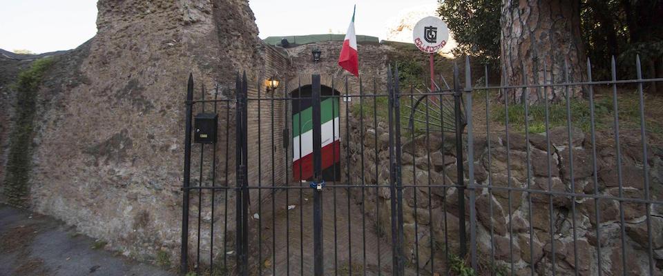 Una bomba davanti Colle Oppio. FdI: «Frutto dell'intolleranza a 5Stelle»