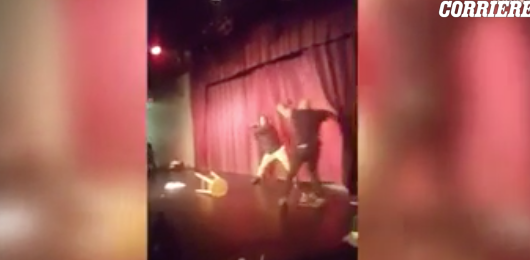 Botte da orbi in scena, l'ira di uno spettatore che non gradisce lo show (video)