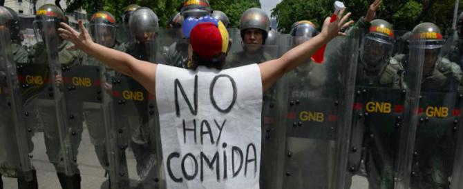 """La polizia venezuelana uccide una diciottenne incinta: """"Era in fila per il cibo"""""""