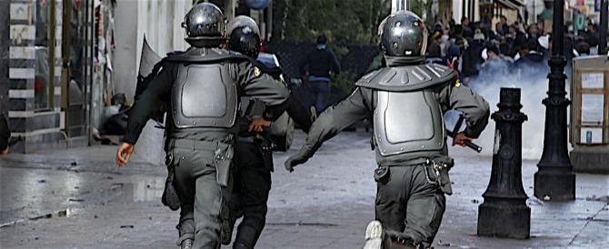 Tunisia, la protesta contro il governo si trasforma in violenza e saccheggi