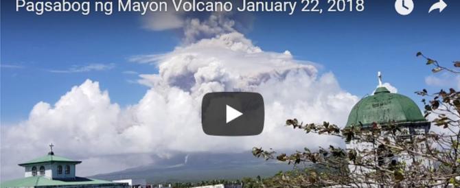 Forte esplosione del vulcano Mayon: una nube nera ha avvolto i villaggi (video)