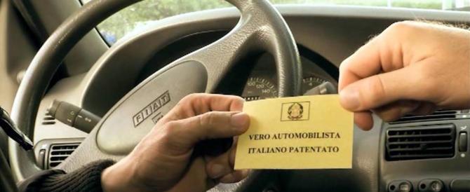"""Non conosce l'italiano, ma vuole la patente: all'esame usa un kit """"da spia"""""""