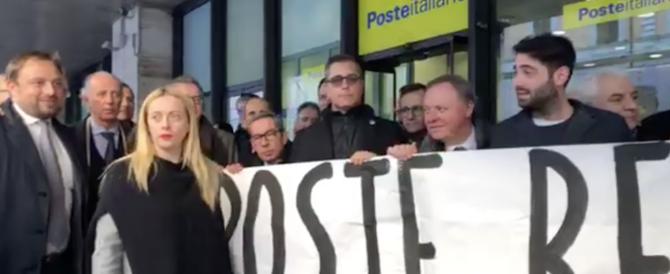 Flash mob di Fratelli d'Italia contro la svendita di Poste italiane (video)