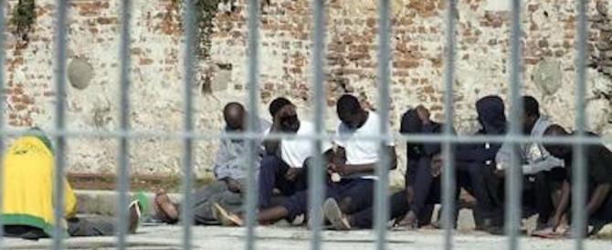 Bagni senza porte e materassi luridi: l'hotspot di Lampedusa come un lager
