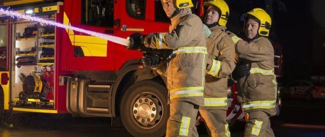 Liverpool, spaventoso incendio in un parcheggio: in fiamme 1400 auto