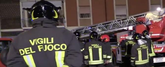 Arezzo, fiamme nella notte in una palazzina: una famiglia intossicata