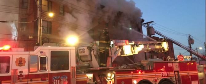 New York, un altro incendio nel Bronx: 16 feriti e 200 pomperi al lavoro (video)