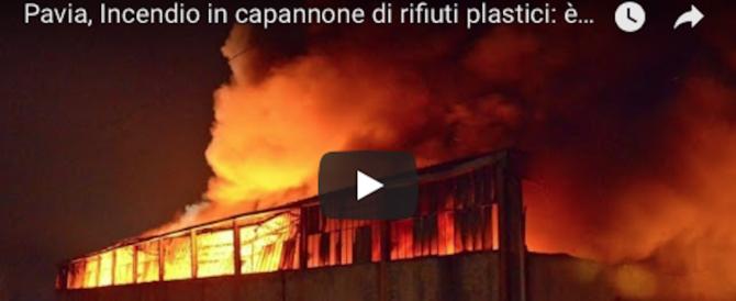 Pavia, la nube tossica fa sempre più paura: «Tutti tappati in casa» (video)