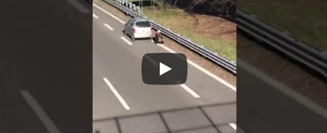 Islamico si ferma a pregare in autostrada, si rischia la tragedia (video)