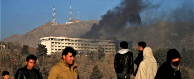 """Kabul, 18 morti, sono stati i talebani: """"Gettavano la gente dalle finestre"""" (video)"""