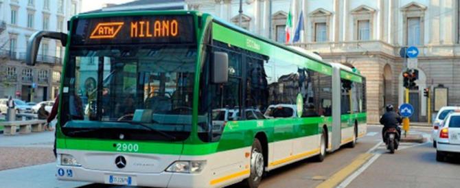 Milano, la lite sul bus degenera: alla fermata 56enne accoltella un 17enne