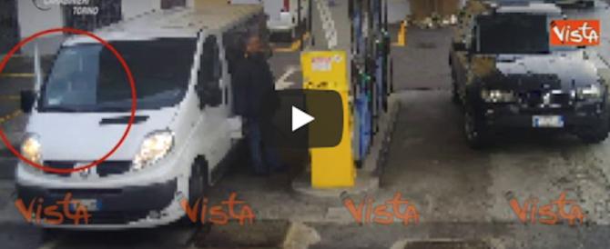 Marocchino rubava cellulari nei benzinai: preso a Susa e denunciato (video)