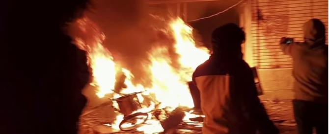 Iran, l'ayatollah Khatami sentenzia: pena di morte per chi ha bruciato la bandiera