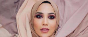 La modella con il velo divorzia dall'Oréal. Colpa dei suoi tweet contro Israele