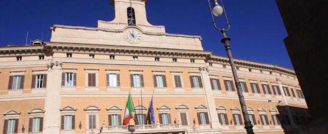 Turista urina in piazza Montecitorio. Multato: dovrà pagare 3300 euro