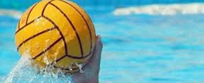 Partita di pallanuoto under 13, botte da orbi tra i genitori: allenatore in acqua