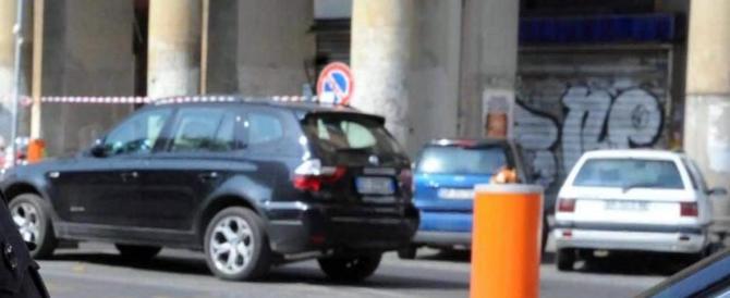 Roma, aggredito a ombrellate da due algerini che gli rubano il cellulare