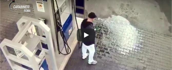 Piromane incendia la pompa di un distributore di benzina (video)
