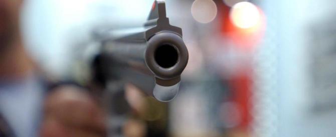Legittima difesa, il 56,2% degli italiani: «Se entra un ladro in casa, gli sparo»
