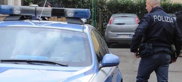 Protestano per un sorpasso pericoloso: madre e figlio aggrediti da 2 ex pugili