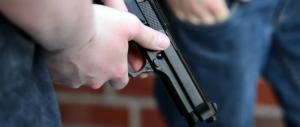 Napoli, rapinatori armati entrano in un ristorante e terrorizzano i clienti