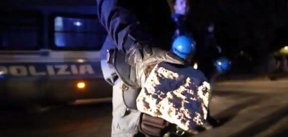 Napoli, sassi ai poliziotti alla festa di piazza: sindaco e ministro Orlando minimizzano