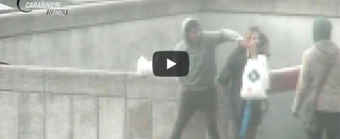Napoli, il re degli scippi di cellulari è egiziano. Eccolo in azione (video)
