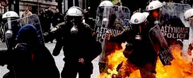 Atene, violenti scontri davanti al parlamento. Sassi contro i poliziotti