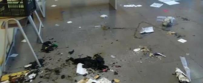 Vandali devastano una scuola: scritte sataniche sui muri e 2 crocifissi bruciati
