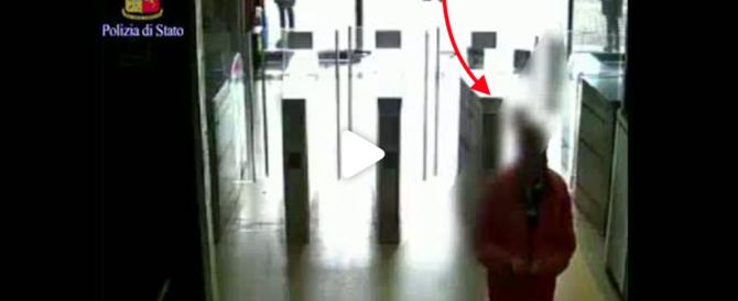 Diffuso il video dello squilibrato che spinge la donna sui binari della metro (immagini forti)