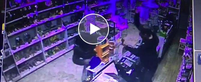 Tabaccaio eroe a Cecina: fa fuggire il rapinatore a colpi di spranga (video)