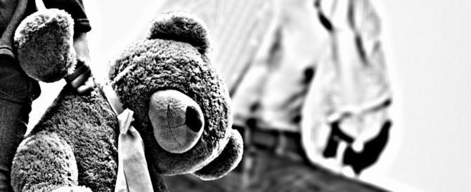 Bambino di 9 anni venduto dalla madre su internet ai pedofili