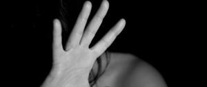Roma, tenta di violentare una turista nel bagno del bar: incastrato dal selfie