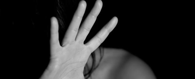 Calci, pugni e un coltello alla gola: le figlie pestano la madre che non paga le vacanze