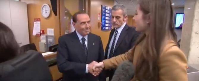 """Berlusconi alla reporter della Bbc: """"Se stringi la mano così…""""(video)"""