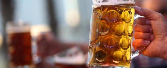 """La """"scemocrazia"""" dei centri sociali: birra gratis a chi strappa la tessera elettorale"""