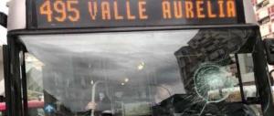 Roma, l'autobus è in ritardo: prende a sassate il parabrezza e fugge