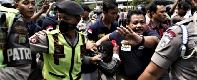 Indonesia, i musulmani festeggiano San Valentino arrestando coppie non sposate
