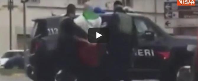 """Macerata, le fasi dell'arresto del """"giustiziere"""" avvolto nel tricolore (video)"""