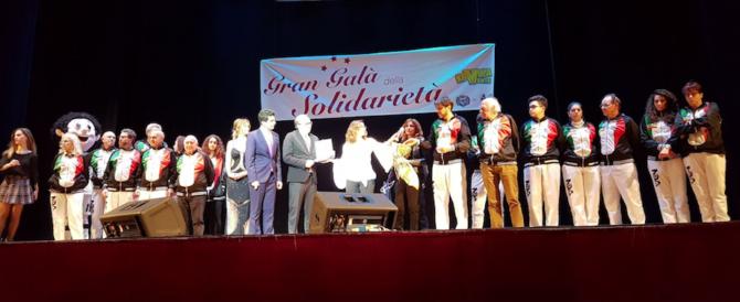 Risate e beneficenza all'Augusteo: dalla Nida 18mila euro al Santobono (foto)