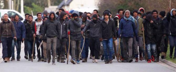 Si affrontano con bastoni e pietre, rissa tra migranti a Calais: 20 feriti, 4 gravi