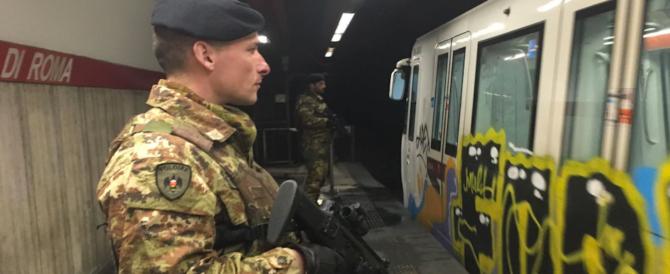 Roma, immigrato tenta di strappare il mitra a un militare: panico alla metro