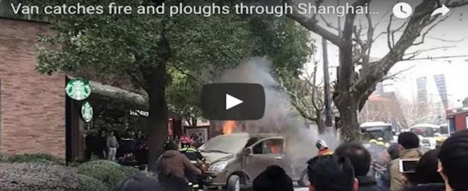 Shangai, minivan in fiamme travolge i passanti: 18 feriti. Per le autorità non è terrorismo (Video)