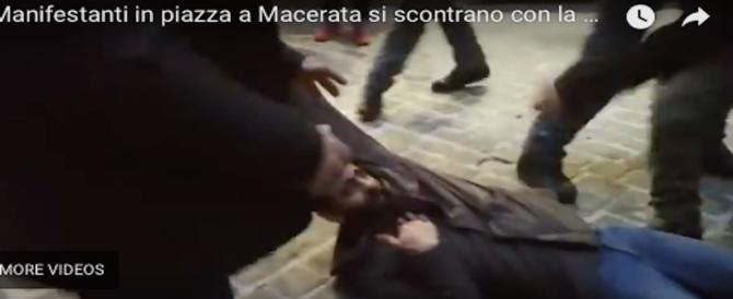 """Macerata, corteo dei centri sociali al grido di """"fascisti carogne…"""" (video)"""