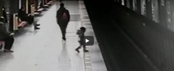 Eroe a 18 anni: salva un bimbo caduto sui binari della metro a Milano (video)