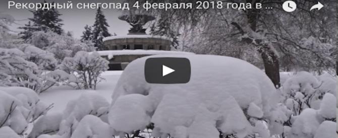 Nevicata record a Mosca: quartieri al buio e voli cancellati. Mobilitato l'esercito (VIDEO)