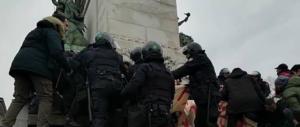 Milano, primi scontri con la polizia. Antifascisti bloccati e dispersi
